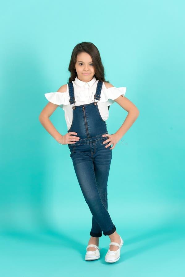 Pose do modelo da menina do comprimento completo total das calças de brim imagens de stock