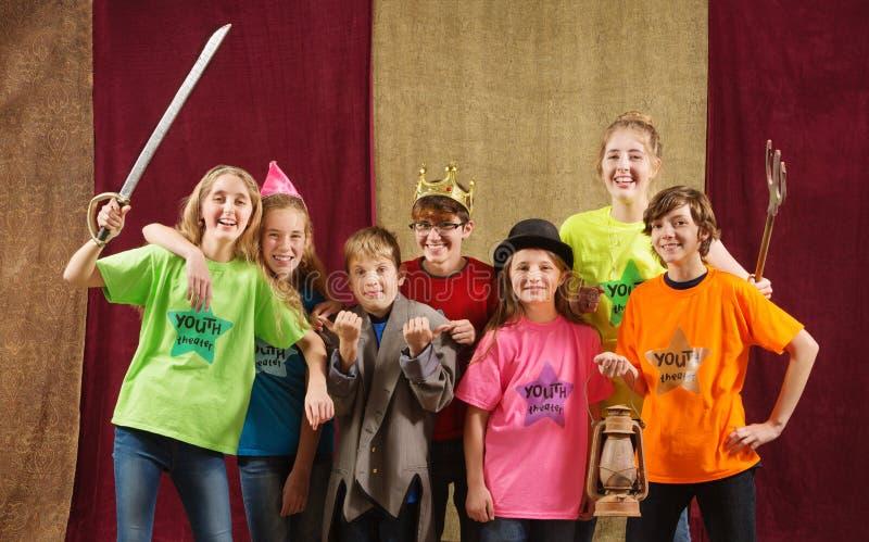 Pose dos atores da criança para a câmera imagem de stock royalty free