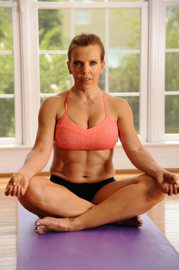 Pose dos lótus da ioga por Mulher imagens de stock royalty free