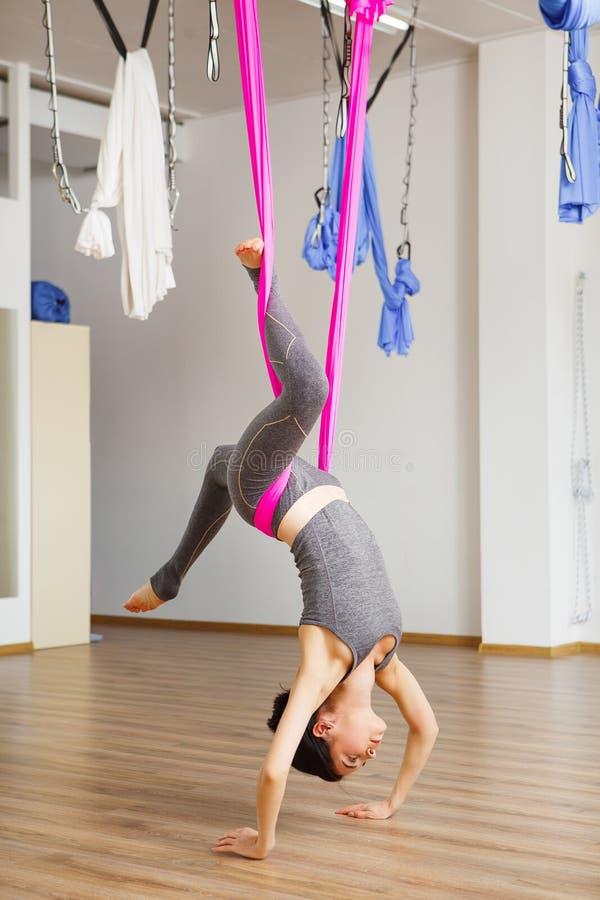 Pose dos locustídeo da inversão na anti ioga aero da gravidade Exercícios aéreos imagens de stock royalty free