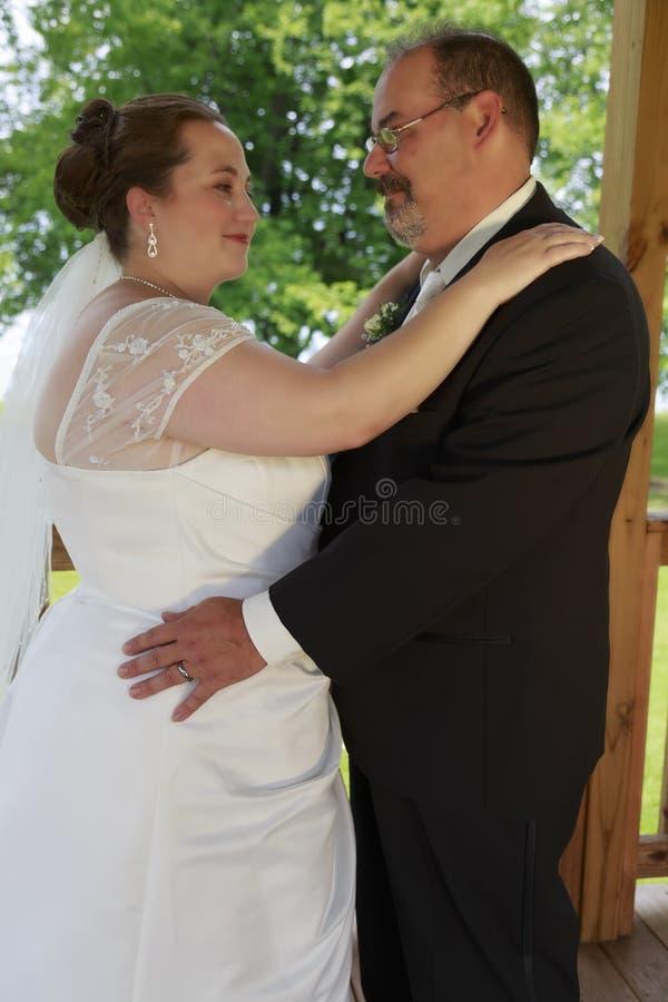 Pose dos pares do casamento imagens de stock royalty free