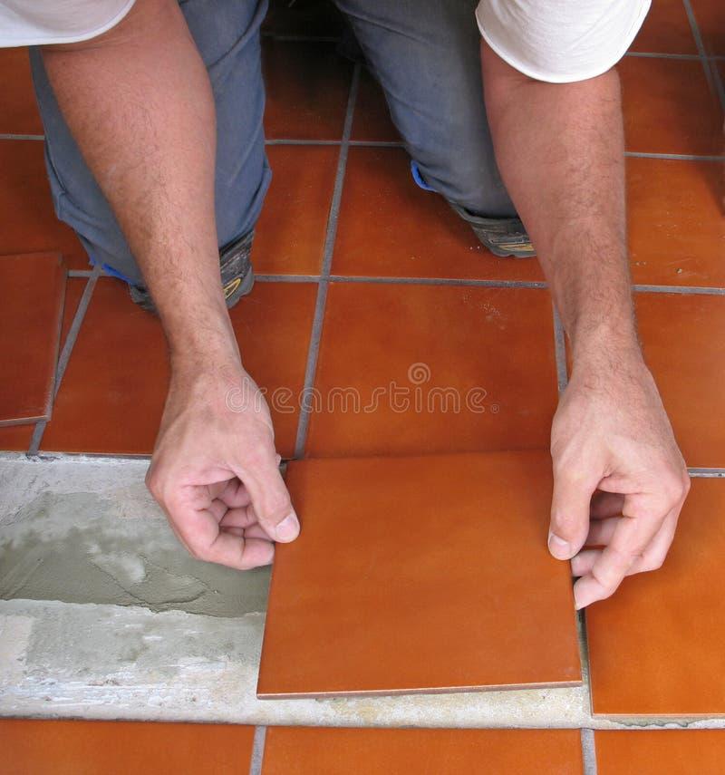 Pose du carreau de céramique image libre de droits