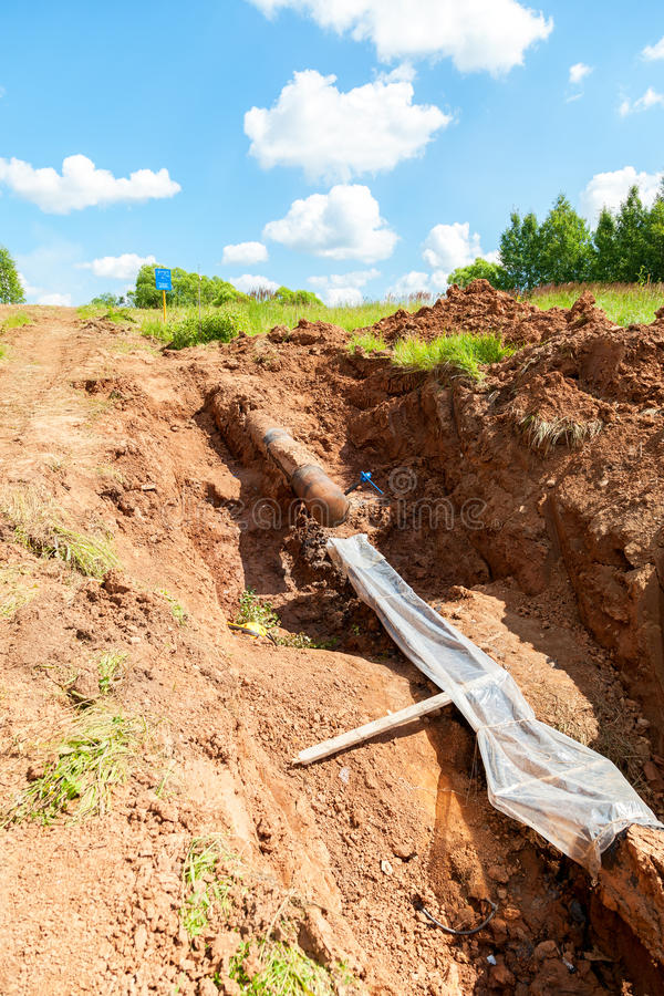Pose du gazoduc souterrain image stock