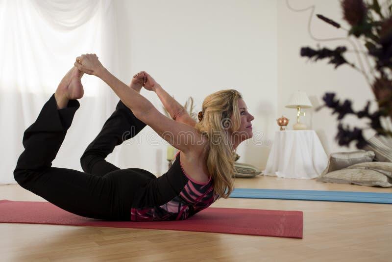 Pose encantador da curva da ioga imagem de stock