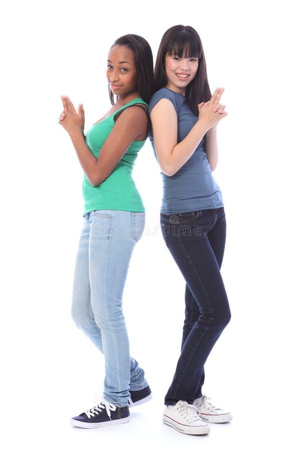 Pose espiègle de canon d'amusement d'agent secret d'adolescentes image libre de droits