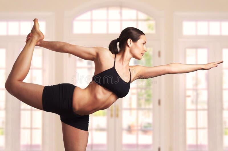 Pose experte de yoga images stock