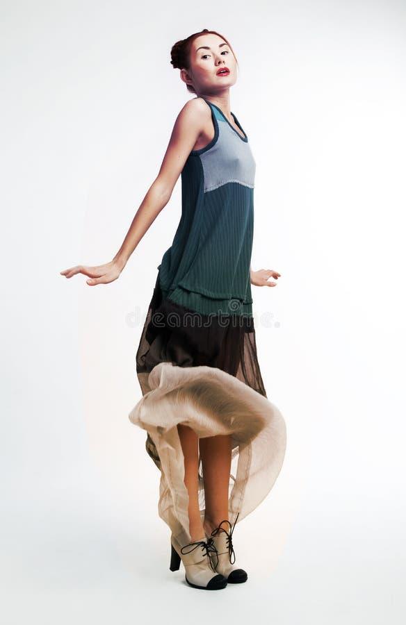 Pose femelle assez asiatique de mode photo libre de droits