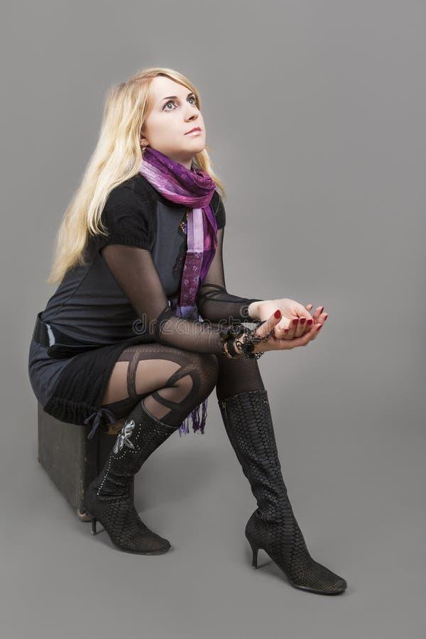 Pose femelle blonde caucasienne assez sensuelle avec la valise Agai images libres de droits