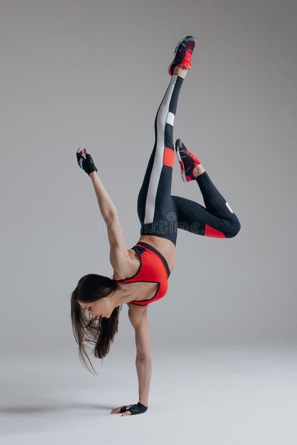Pose femelle de jeune belle forme physique dans le studio image stock