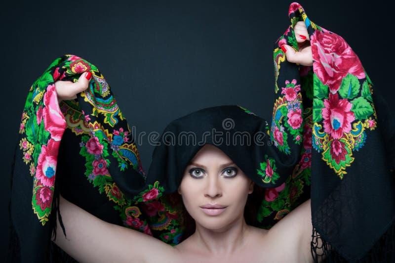 Pose femelle de modèle sensuelle avec son écharpe image stock