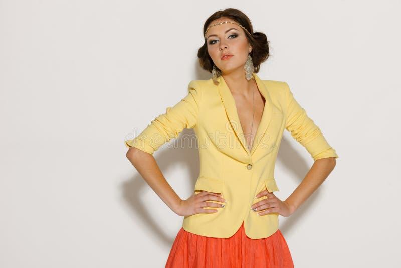 Pose femelle de mode dans le studio photos stock