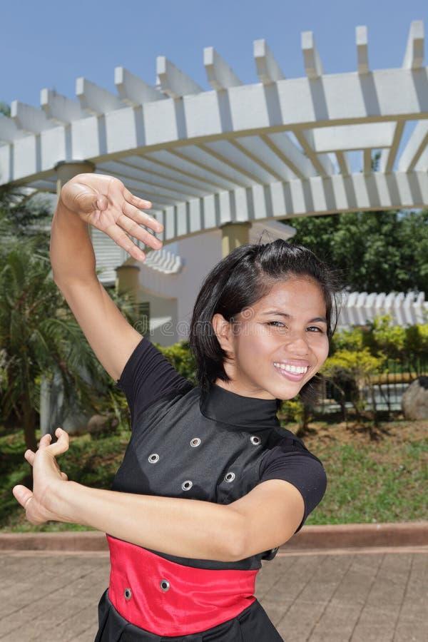 Pose gracioso asiático da menina da dança imagem de stock royalty free