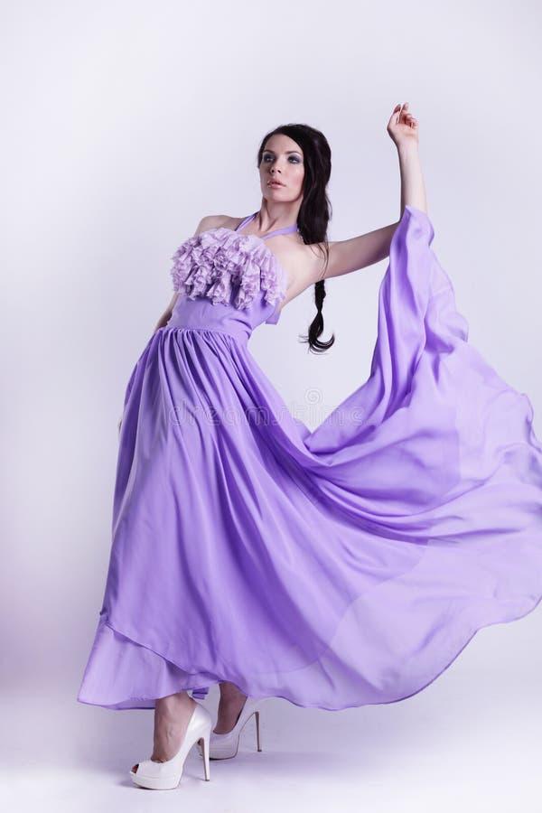 Pose intégrale de fille assez sexy dans une robe photographie stock libre de droits