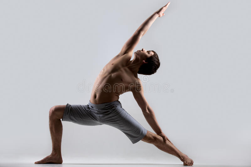 Pose inverse de guerrier de yoga photo stock
