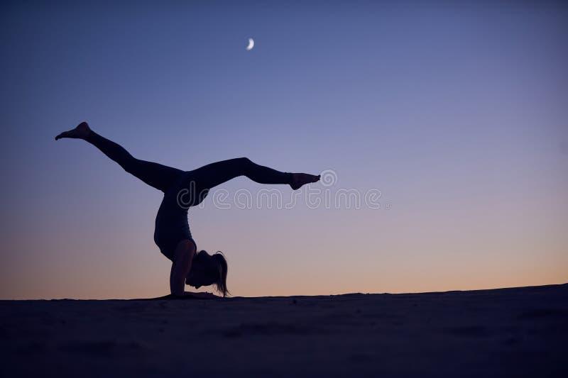 Pose inverse de scorpion de Vrischikasana d'asana de yoga de support d'avant-bras de belles pratiques en matière de jeune femme d images libres de droits