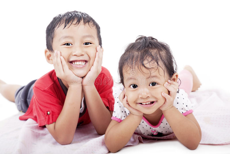 Pose mignonne d'enfants de mêmes parents photographie stock