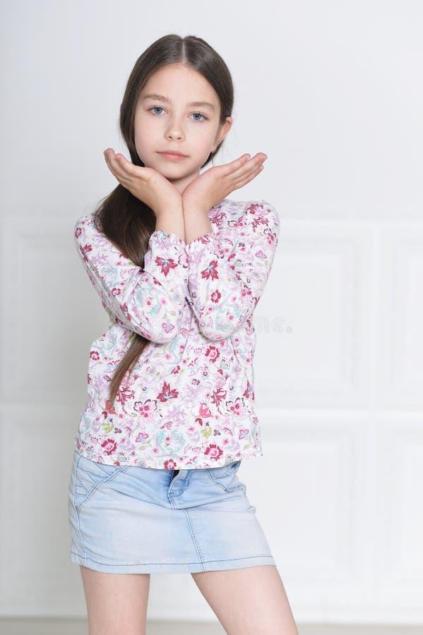 Pose mignonne de petite fille photos stock