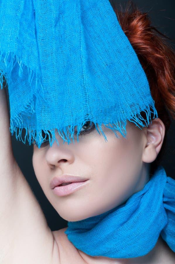 Pose modèle de belle femme avec son écharpe images libres de droits