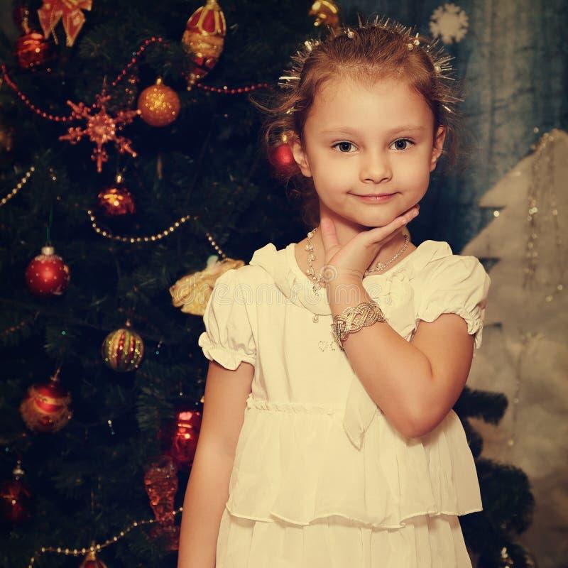 Pose modèle de belle fille mignonne d'enfant dans la robe blanche de mode et photo libre de droits
