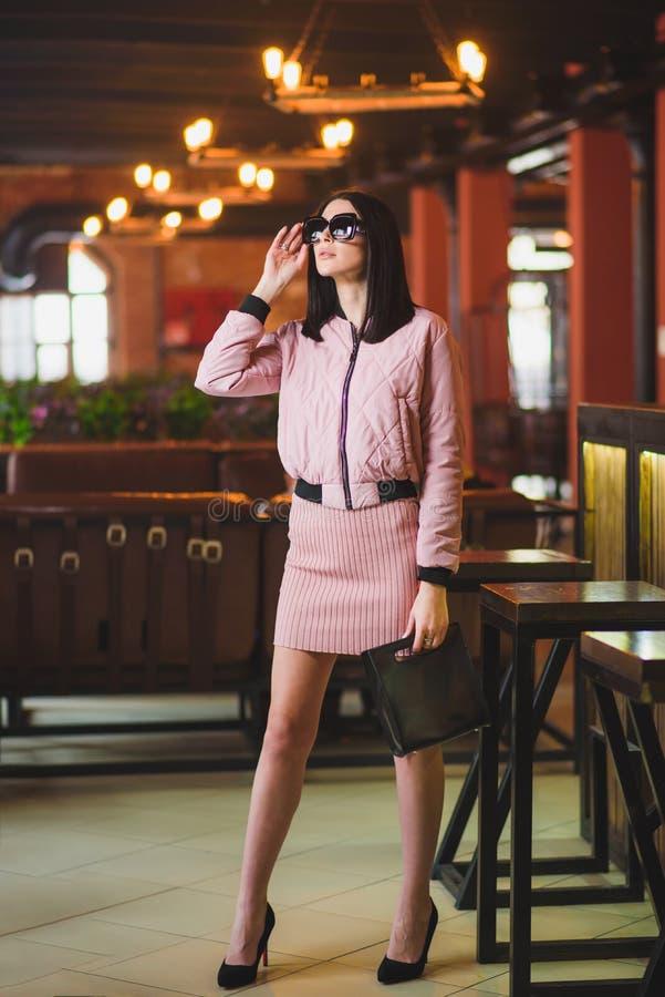 Pose modèle de belle fille pour le photographe montrant des vêtements photo stock
