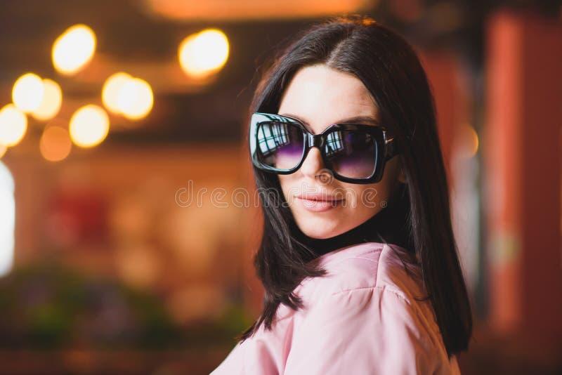 Pose modèle de belle fille pour le photographe montrant des vêtements photos stock