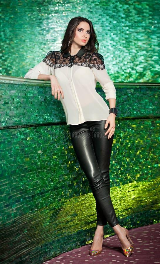 Pose modèle de brune magnifique dans le paysage texturisé vert moderne image stock