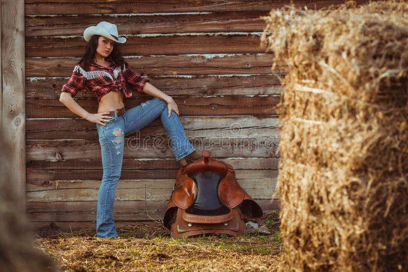 Pose modèle de cow-girl à la ferme images stock