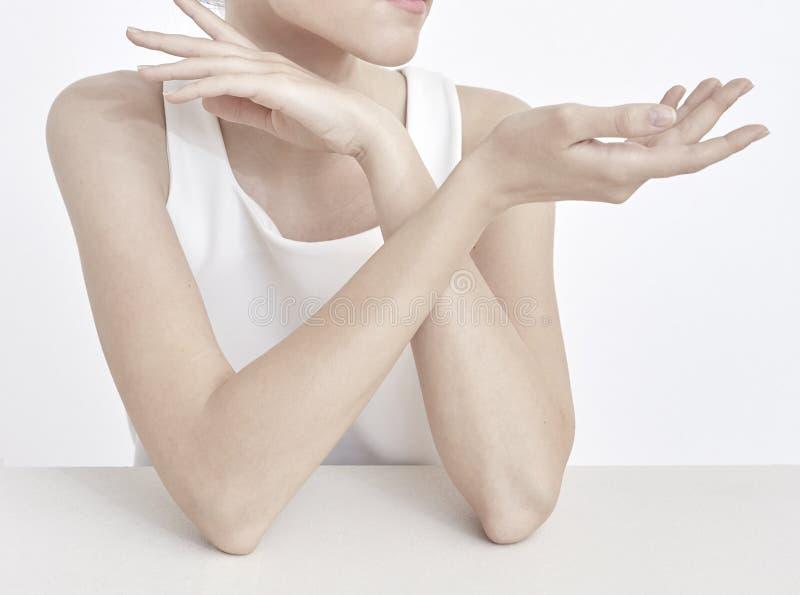 Pose modèle de femme pour le tir de beauté de bijoux ou le tir de paquet de produit photos libres de droits