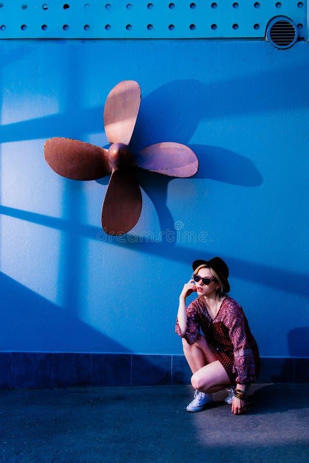 Pose modèle de fille près du mur pendant l'après-midi photographie stock libre de droits
