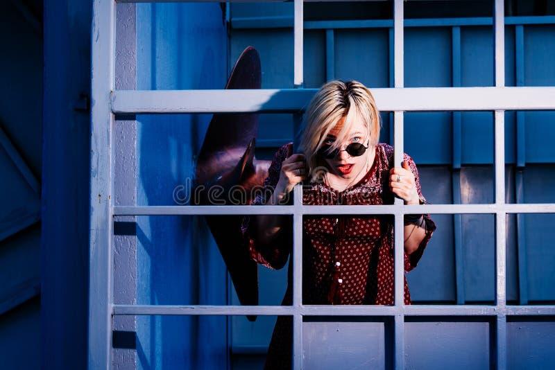 Pose modèle de fille près du mur pendant l'après-midi photo stock