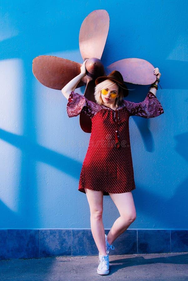 Pose modèle de fille près du mur pendant l'après-midi photographie stock
