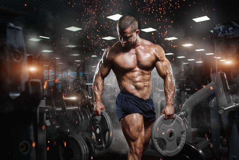 Pose modèle de forme physique sportive musculaire de bodybuilder après des exercis image stock