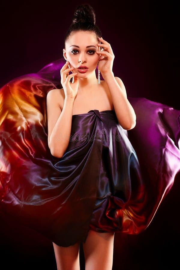Pose modèle de mode de fille sexy sensuelle de brunette images libres de droits