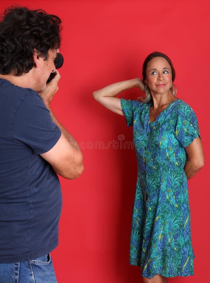 Pose modèle mûre pour un photographe images stock