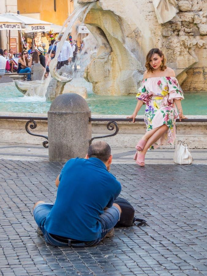 Pose modèle pour le photographe à Rome photos stock