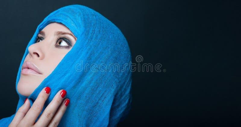 Pose modèle séduisante avec le foulard bleu image stock