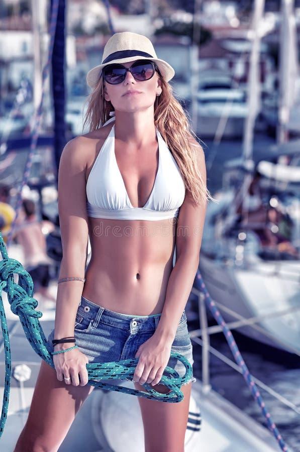 Pose modèle sexy sur le voilier image stock