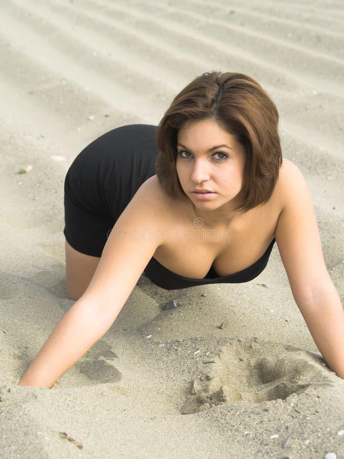 Pose modèle sur la plage images libres de droits