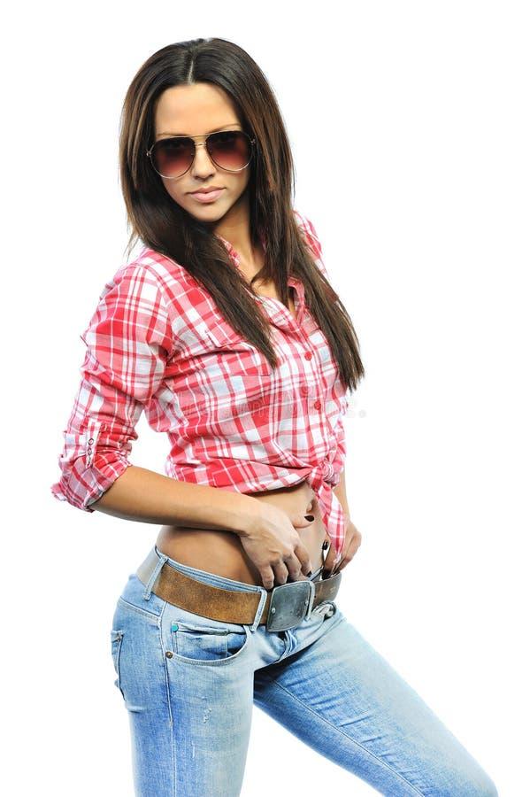 Pose modelo sensual nova da menina no isola vestindo dos óculos de sol do estúdio fotos de stock