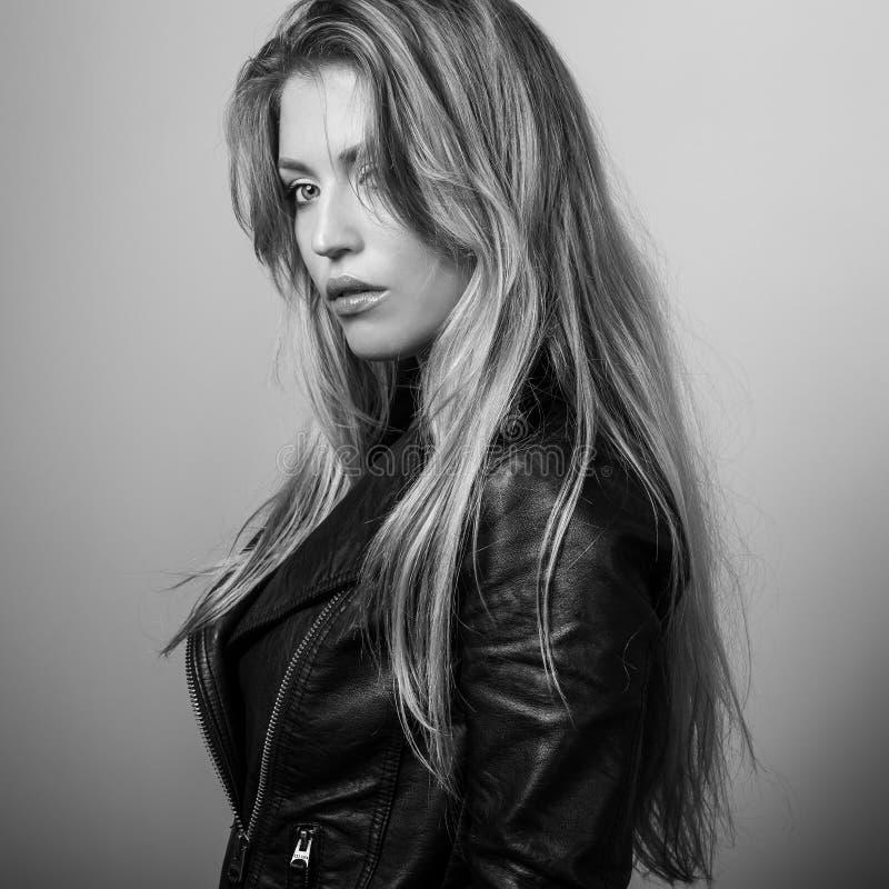 Pose modelo sensual nova da mulher no estúdio foto Preto-branca fotos de stock