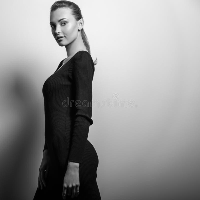 Pose modelo sensual nova da mulher no estúdio foto Preto-branca foto de stock