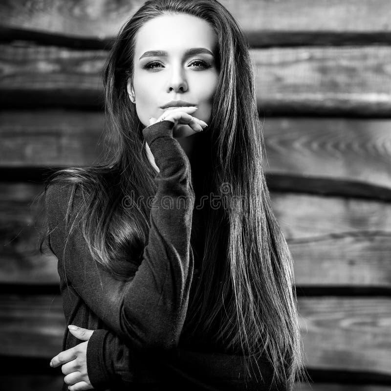 Pose moreno nova sensual & da beleza da mulher no fundo de madeira foto Preto-branca imagem de stock royalty free