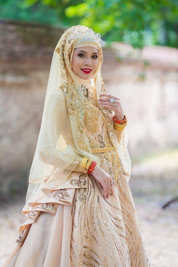 Pose musulmane de jeune mariée de portrait image libre de droits