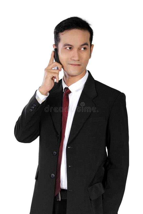 Pose occasionnelle d'homme d'affaires au téléphone, d'isolement sur le blanc photos stock