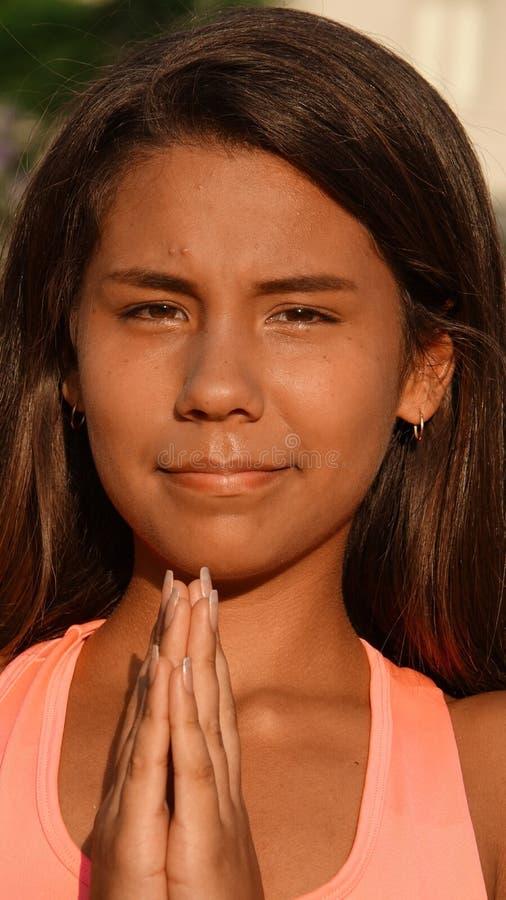 Pose ou prière de l'adolescence de yoga de fille images libres de droits
