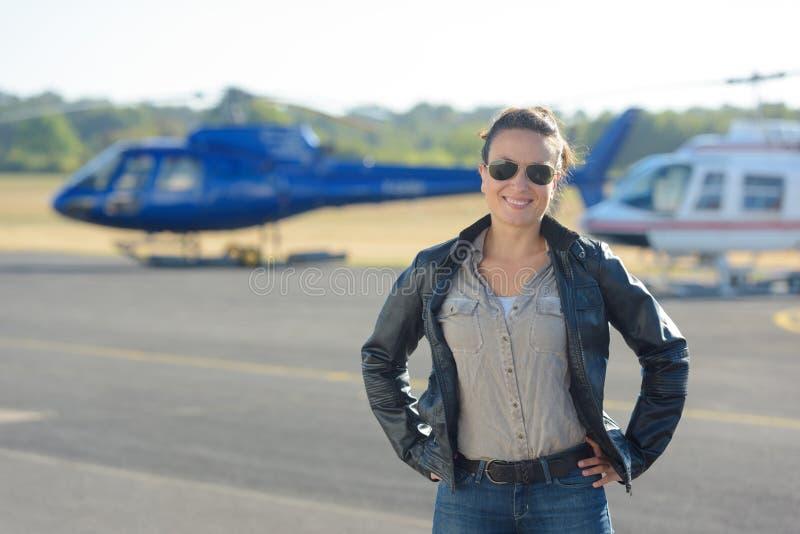 Pose pilote d'hélicoptère sur le macadam photos libres de droits