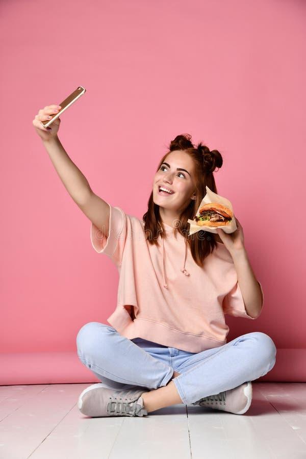 Pose positiva da jovem mulher do gengibre para o selfie, foto de stock royalty free