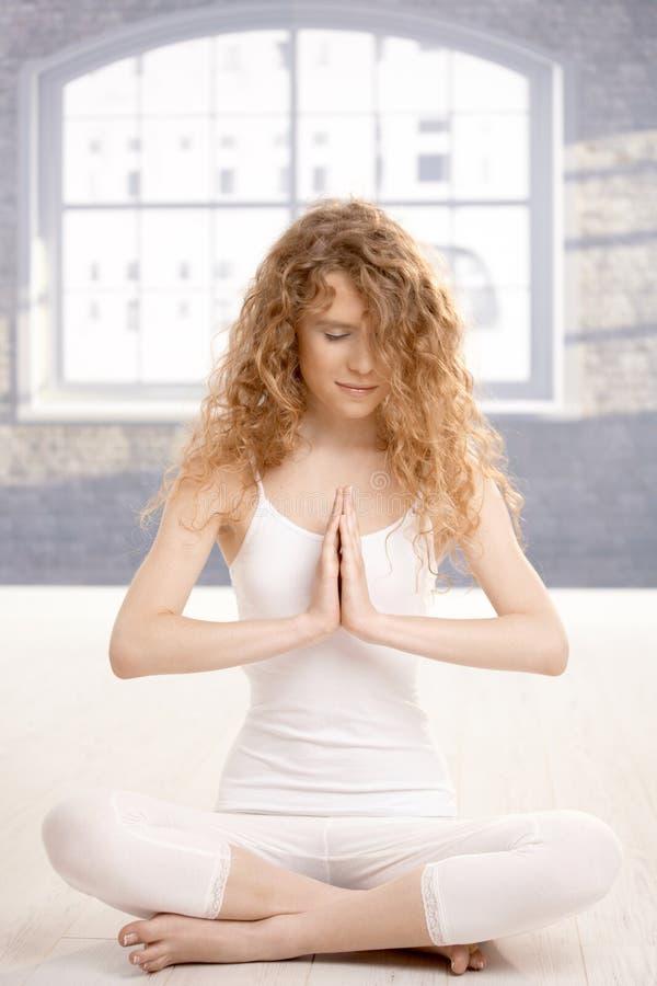 Pose praticando da oração da ioga da mulher atrativa nova imagens de stock royalty free