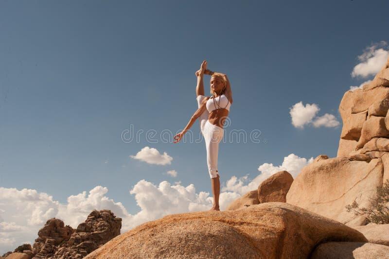 Pose rachada estando da mulher da ioga do deserto imagens de stock royalty free