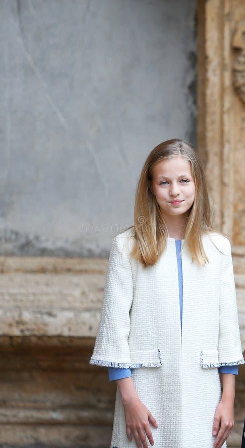 Pose real da princesa Leonor da Espanha antes de atender uma massa de domingo easter em Mallorca fotos de stock
